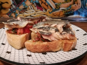 Tartine aux sardines de fin de tiroirs - cuisiner avec les restes - tomates pain sardine persil - BouffePorn