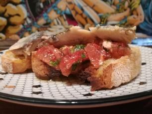 Tartine aux sardines de fin de tiroirs - cuisiner avec les restes - recette étudiante cuisine étudiant - tomates pain sardine persil - BouffePorn