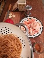 vue des ingrédients nécessaire pour des Spaghettis peperoncino aux crevettes pimentées - BouffePorn : pâtes, ail, tomates, crevettes, poivre, piment