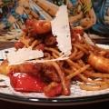 Vue de côté et de près des Spaghettis peperoncino aux crevettes pimentées - BouffePorn
