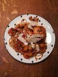 Vue du dessus de Spaghettis peperoncino aux crevettes pimentées - BouffePorn dans une assiette décorée Monoprix