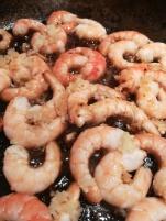 vue des crevettes en début de cuisson pour des Spaghettis peperoncino aux crevettes pimentées - BouffePorn