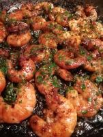 Vue des crevettes dans la poele pour des Spaghettis peperoncino aux crevettes pimentées - BouffePorn