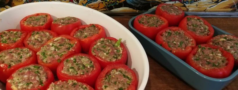 Vue sur 2 plats remplis de Tomates farcies - BouffePorn