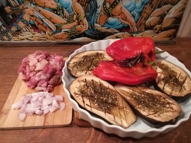 Exposition des ingrédients pour la pastilla : aubergines et poivrons cuit-e-s au four. Poulet et agneau découpés en petits cubes. Echalotes ciselée. Régime sans sel
