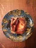 Vue d'une pastilla au poulet, agneau, aubergine, poivron dans une petite assiette décorée sans sel