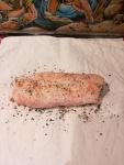 Magret séché prêt à être emballé dans le torchon avec énormément de poivres et de piment