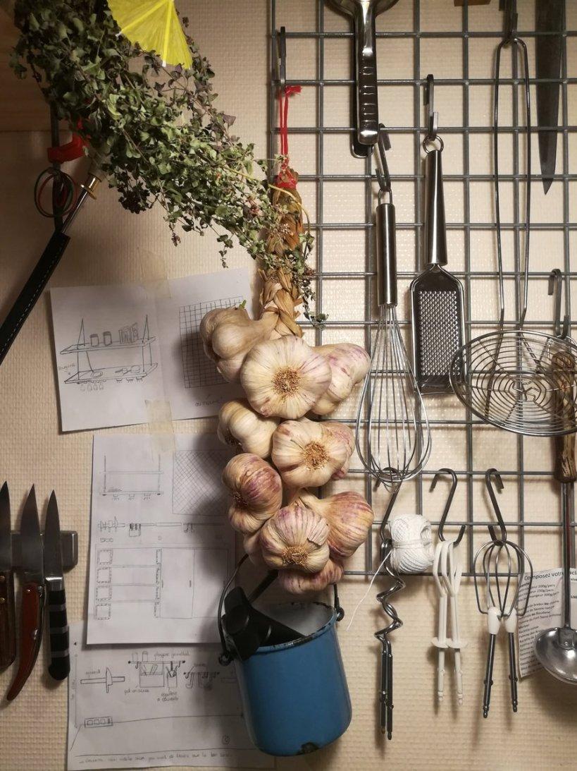 Photo d'une tresse d'ail pour illustrer les astuces pour un régime sans sel - BouffePorn - régime sans sel recette sans sel