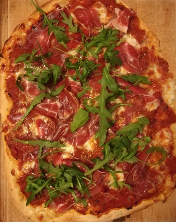 Pizza mozzarella, pata negra et roquette - BouffePorn - recette pas à pas