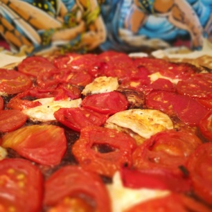 Recette facile et rapide d'une tarte à la tomate avec du fromage de chèvre et de la tapenade - BouffePorn