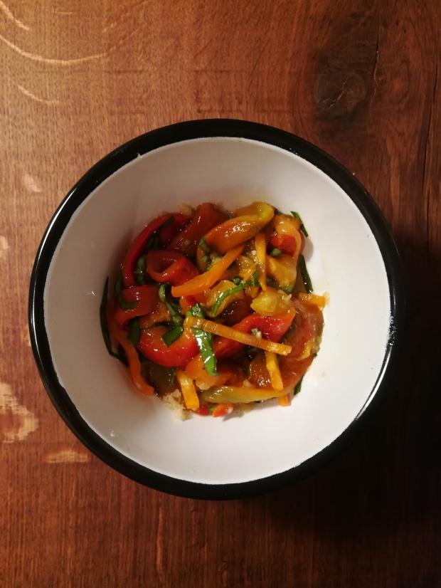 Recette de poivrons marinés à l'huile d'olive, à l'ail et au basilic selon BouffePorn